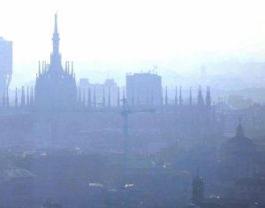 Milano e Torino, polveri sottili oltre il livello di guardia. Scattano le limitazioni alle auto