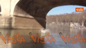 Roma, Mister Ok si tuffa nel Tevere da Ponte Cavour per il Capodanno 2020 VIDEO