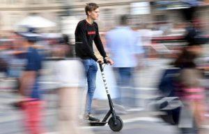 Monopattini elettrici come le biciclette: senza patente né assicurazione