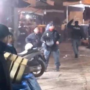 Napoli, baby gang contro la polizia: lancio di oggetti e petardi VIDEO