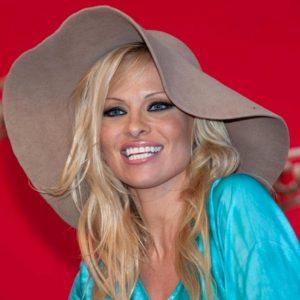 Pamela Anderson, 52 anni, e Jon Peters, 74: matrimonio segreto a Malibu. A 35 anni dalla loro prima relazione