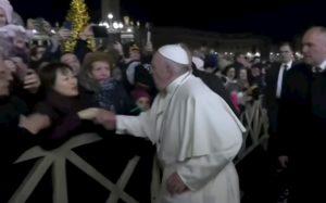 Papa Francesco chiede scusa per lo schiaffetto alla mano della fedele. Ma sui social in molti lo criticano