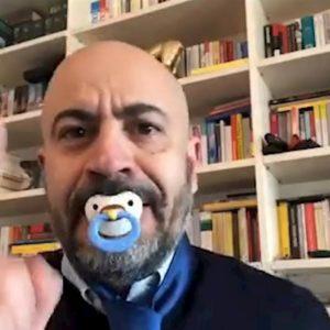 """Regionali, Paragone sfotte Di Maio col ciuccio in bocca: """"E io mi tolgo la cravatta..."""""""