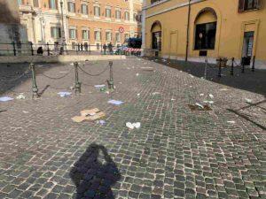Roma, vergogna a piazza Montecitorio. Capitale sporca, nazione infetta