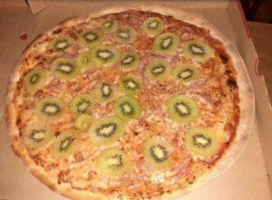 Pizza con kiwi: l'ultimo scempio arriva dalla Svezia, ma la rete si ribella