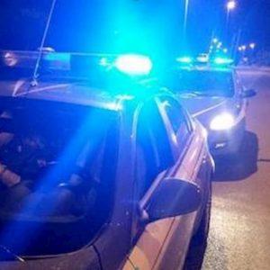 Torino, non si ferma all'alt della polizia: scatta l'inseguimento. E lui tenta di investire un agente