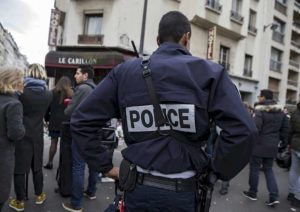 Francia, uomo accoltella passanti vicino Parigi: 4 feriti. Poi scappa, polizia spara e lo uccide