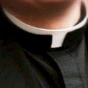 Prato, presunti abusi di gruppo su due bambini: indagati 9 religiosi