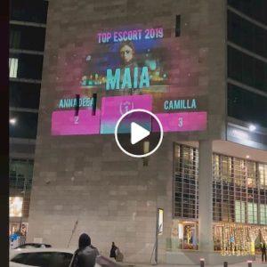 Regione Lombardia, sulla facciata del Pirellone bis spunta la pubblicità di un sito di escort