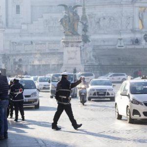 Roma, allerta smog: Raggi valuta stop a tutti i diesel martedì 14 gennaio