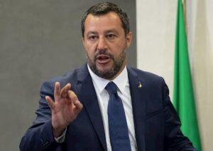 """Coronavirus, Salvini: """"Altro che frontiere aperte. Incapaci al governo"""". Iv e Pd: """"Sciacallo"""""""