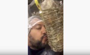 Salvini bacia la coppa