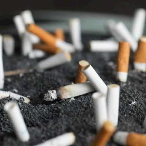 Smog, la nuova guerra dei sindaci: Sala a Milano vuole vietare le sigarette. Le auto hanno già fallito
