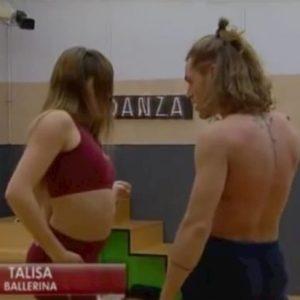 Amici, il ballo sensuale tra Talisa e Umberto: i due si sfiorano con le labbra e...