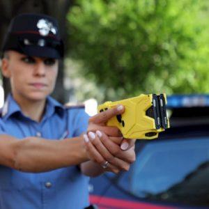 Taser, la pistola ad impulsi elettrici sarà in dotazione alle forze dell'ordine