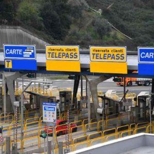 Si accoda alle auto con Telepass per non pagare l'autostrada: 37enne evade così 10mila euro