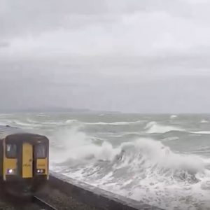 Inghilterra, le onde distruggono i finestrini del treno in Devon VIDEO