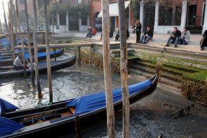 Venezia, dopo l'acqua alta l'acqua bassa record: canali a secco