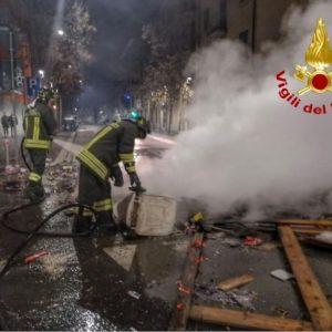 Milano, vigili del fuoco aggrediti durante un intervento per un incendio