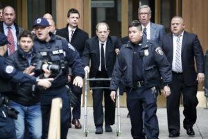 Harvey Weinstein a processo a New York: in aula col deambulatore