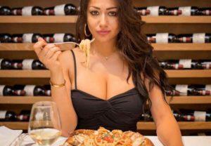 Zia Flavia Food N' Boobs, post malinconico su Napoli. Critiche sui social network, lei risponde