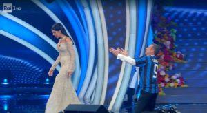 Georgina Rodriguez a Sanremo, Amadeus si inginocchia e le mostra la maglia dell'Inter