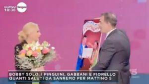 Mattino 5, Amadeus sorpresa per Federica Panicucci: mazzo di fiori in diretta