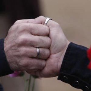 Padre di famiglia accusa l'ex amante gay di tradirlo con sua moglie. Il processo a Rimini