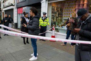 YOUTUBE Attacco con coltello a Londra: l'attentatore a terra, la scena ripresa dai passanti