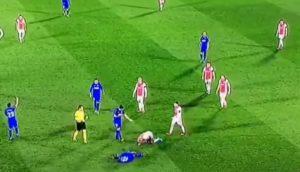 Nyom si rotola a terra dopo un fallo subito, Babel lo prende in giro imitandolo VIDEO