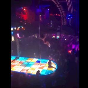 Ballerina di pole dance cade da oltre 4 metri durante spettacolo VIDEO Mascella rotta e caviglia slogata