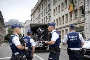 Attentato in Belgio come a Londra: donna assale passanti col coltello. Ferita ad una mano dalla polizia