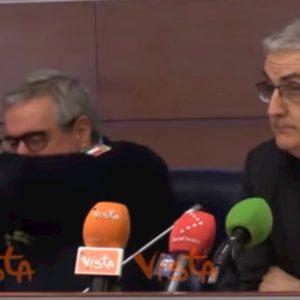 Coronavirus, Angelo Borrelli in conferenza stampa tossisce sul gomito come da norme precauzionali VIDEO