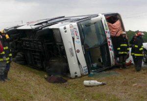 India, pullman si schianta contro camion in autostrada: 19 vittime