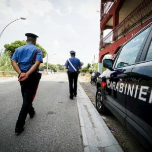 Ponte in Valtellina, gli ritirano la patente perché ubriaco. Entra in caserma e punta la pistola su carabiniere