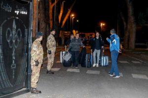 Coronavirus, fine quarantena per i 55 italiani rientrati da Wuhan. La Cecchignola si svuota FOTO