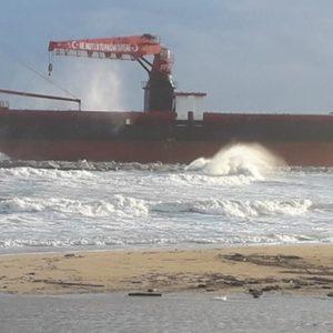Maltempo, chiatta marina si stacca dal rimorchiatore e si arena sugli scogli a Bari