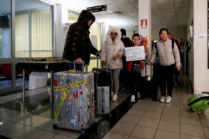 """Coronavirus, l'ambasciata protesta: """"Stop aggressioni ai cinesi in Italia"""". E Niccolò testa a Wuhan"""