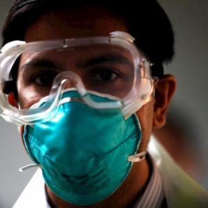 Coronavirus, la trincea dei medici eroi: senza protezioni, senza mangiare o andare in bagno. A Wuhan 500 contagiati