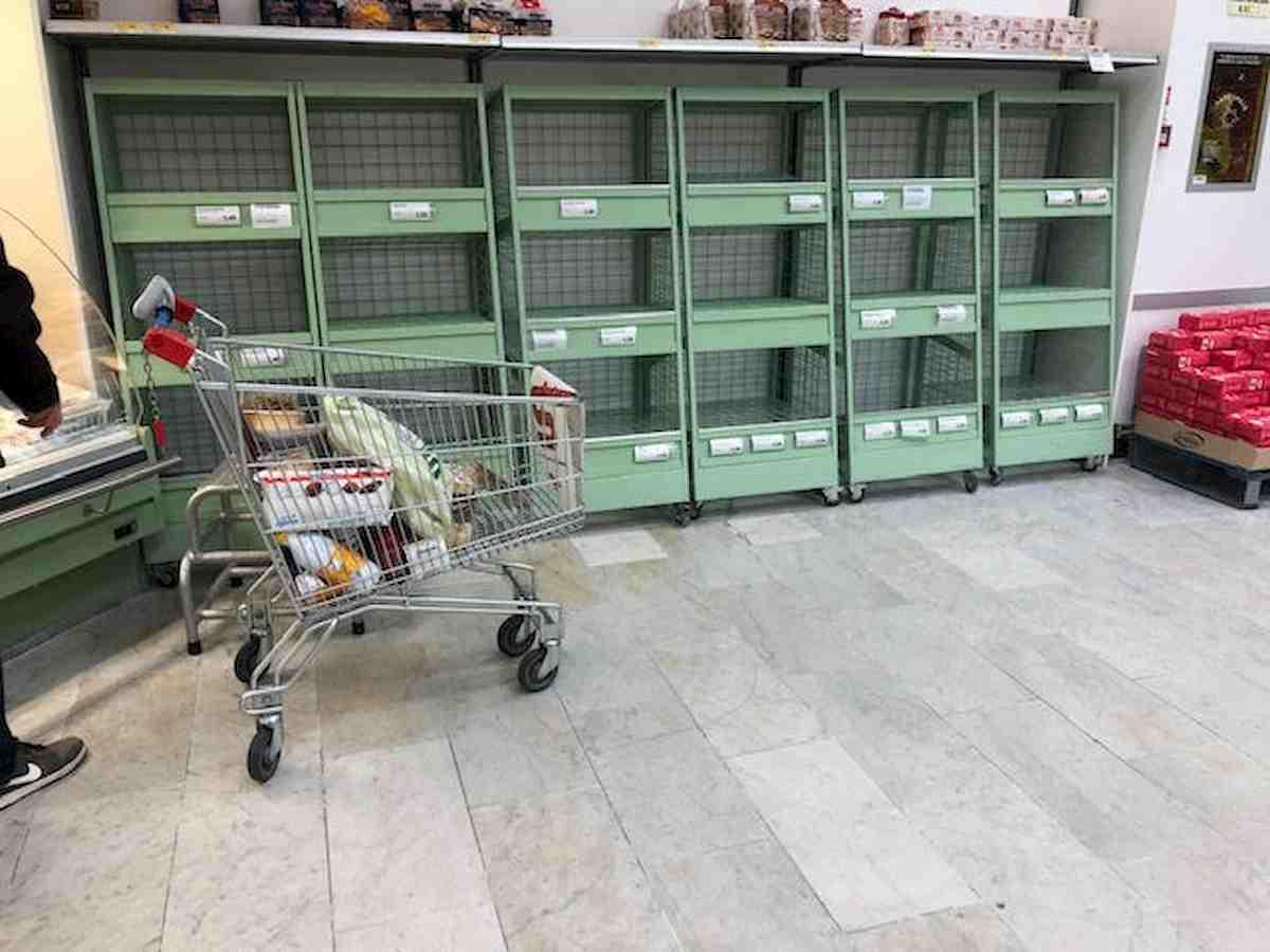 Coronavirus, psicosi a Milano: scaffali vuoti, cassa: saliva, niente maschere 03
