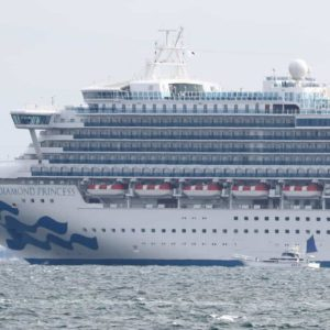 Coronavirus, nave da crociera in quarantena a Yokohama: passeggero positivo, controlli per i 3.711 a bordo