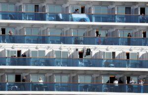 """Coronavirus, altri 60 casi sulla nave da crociera Diamond Princess. Esperti: """"Rischio concreto di diffusione"""""""