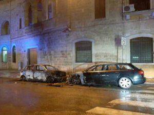 Gioia del Colle, attentato contro i carabinieri: in fiamme due auto