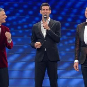 Djokovic e Fiorello a Sanremo: cantano Terra promessa e giocano a tennis