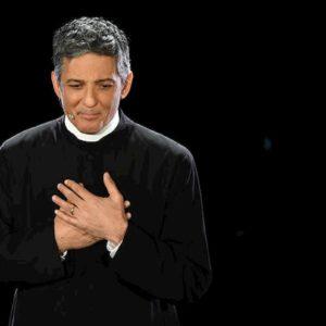 """Sanremo 2020. Apre Fiorello vestito da Don Matteo: """"Uno dei pochi Matteo che funzionano in Italia..."""""""
