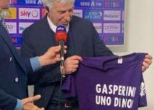"""Fiorentina, tifosi con maglietta """"Gasperini uno di noi"""". Il tecnico dell'Atalanta: """"Sfottò ok, insulti no"""""""