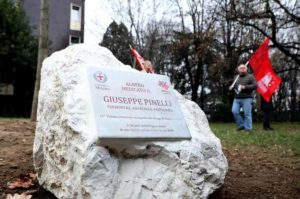 Milano: spaccata e sfregiata la targa dedicata a Giuseppe Pinelli a 50 anni da Piazza Fontana