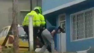 polizia colombia uccide cane pitbull