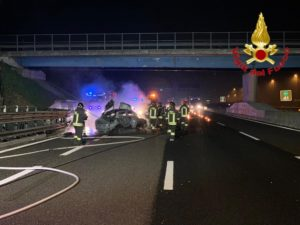 Auto sbanda sull'A1 a Lodi, muore 21enne. Automobilisti distratti dal treno deragliato