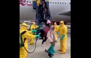 Indonesia, disinfettante sui passeggeri dell'aereo arrivato da Wuhan VIDEO